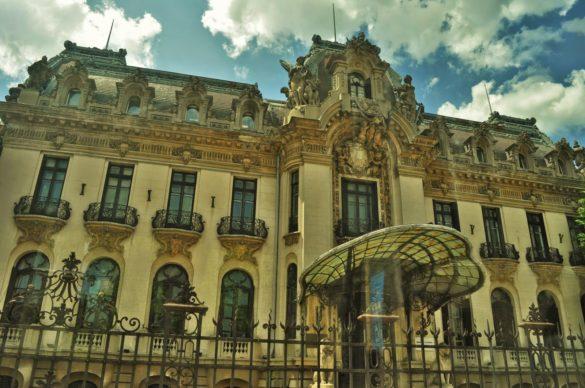 """Букурещ ме смая с красивите си сгради във виенски стил. Може би наистина заслужава прозвището си """"Малкия Париж""""."""