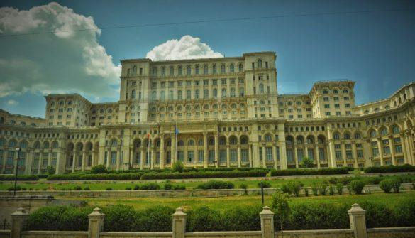 """Ето я и емблемата на Букурещ - бившият  """"Дом на народа"""" и настояща сграда на румънския парламент, считана за най-голямата в света след Пентагона. За жалост не можахме да влезем да я разгледаме, тъй като посещенията се правели с предварителна заявка и т.н. В продължение на години румънската икономика работела почти изцяло за осигуряването на средствата за изграждането на този безумен  мегаломапнски проект. Казват че именно той  донесъл проклятие на Чаушеску, който настоявал да издигнат сградата на мястото на старо гробище, за което мъртвите люто му отмъстили. Но и живите имат достатъчно основания да му се сърдят...."""
