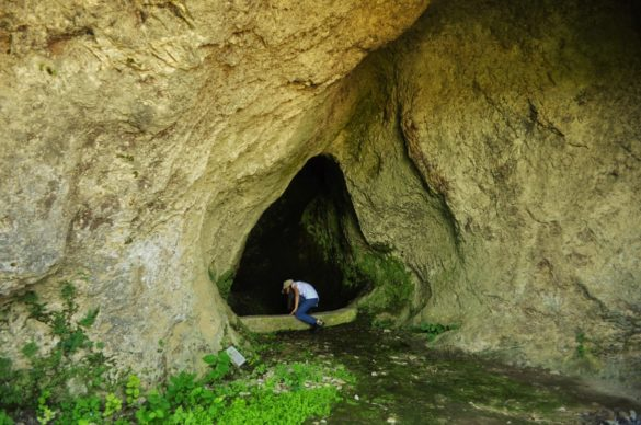 Въпросното дивно местенце, обвеяно с легенди за змейове и похитени девойки, е известно сред местните хора с чудодейните свойства на аязмото си.