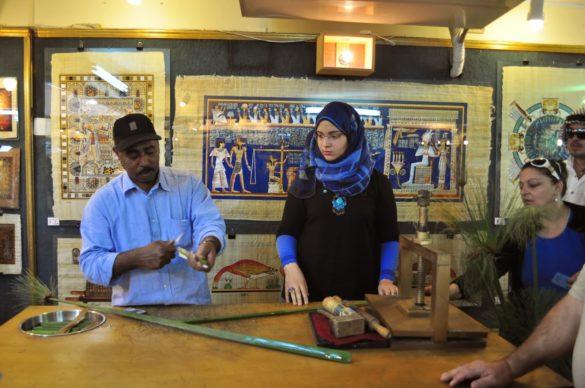 В специален магазин за папируси, от който нищо не купихме,  Махгуб демонстрира как са се изработвали от дълбока древност.