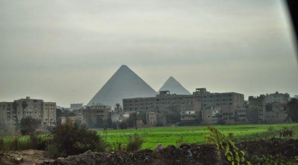 Пирамидите тук  са вездесъщи и надничат зад блокове и кръстовища, така както Витоша в София !!