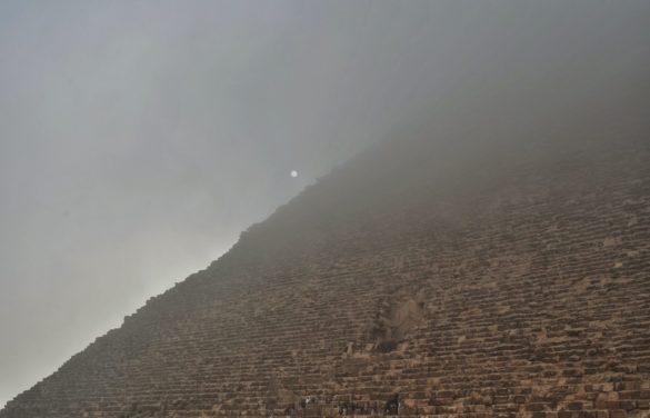 Да посетиш Кайро и да не се втурнеш към пирамидите в Гиза е като да отидеш в Рим и да не видиш папата. Но за целта ще трябва да се примириш с непрогледния кайровски смог, който обича да си играе на криеница с изнервените туристи.
