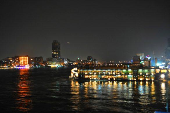 Вечерта ни разходиха с такова корабче по Нил, от което жадно попивахме светлините на града и със свити гърла сърбахме кола, която ми излезе 20 долара чашата!!