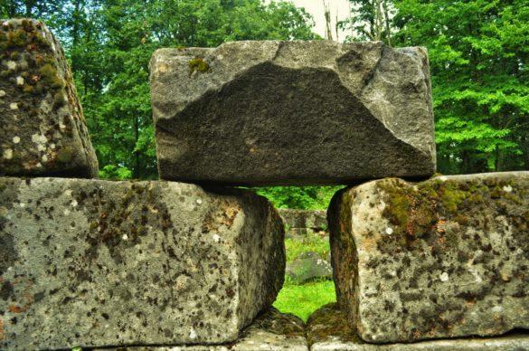 А всъщност целта на офроуд прехода ни е местността Мишкова нива, където се намира внушителен култов комплекс, използван в древността, като гробница на висш жрец, а после и като светилище на бог Аполон.