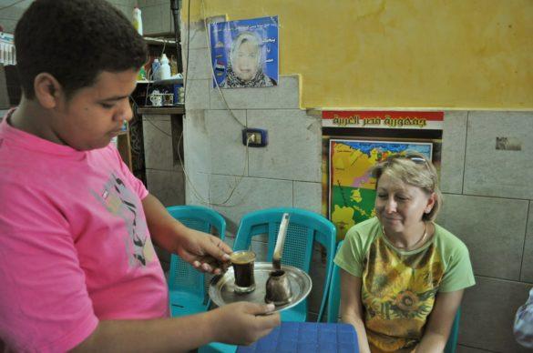 На сутринта се запътихме към старата част на Кайро, със задушните му улички. Имат симпатични кафененца - тесни, не особено чисти, ухаещи на странни неща, но уютни. Кафето им е гъсто и ароматно.