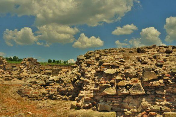 Останките от античния град Деултум, преименуван през Средновековието в Девелт впечатляват с мащабите си. В миналото морето е стигало дотук , а градът си имал пристанище, което се намирало на мястото на днешното Мандренско езеро.