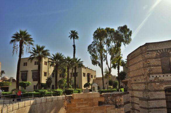 Преобладаващата част от населението в града изповядва сунитски ислям, но има и много копти - египетски християни, считани за преки потомци на древните египтяни. Около 10 на сто от населението на Египет са копти.