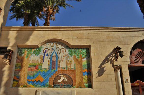 Преди Исляма да завладее тези древни земи, Египет бил християнска държава в продължение на няколко века. В Кайро има цял квартал на коптите, които напоследък, покрай разрастването на фундаментализма, изживяват трудни дни.