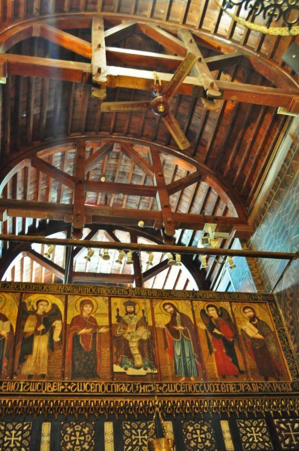Макар, че е на повече от 1000 години, това не е най-старата черква в града,  но определена е най-красивата. А Махгуб настояваше, че тук се съхраняват отломки от Ноевия ковчег. Да не би това да са дървените греди на тавана ????