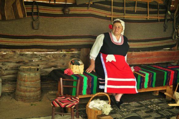 Местна бабка, окичена с божур е подготвила богата развлекателна програма за туристите, включваща пеене, плетене, чепкане на вълна и други отживели, но атрактивни, най-вече за чужденците, местни практики