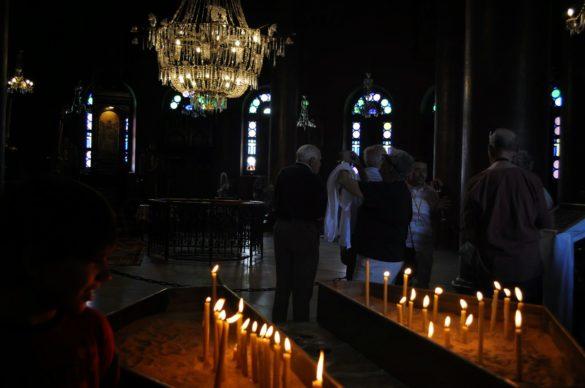 Хубаво е да запалиш свещичка насред заобикалящата те  вакханалия от иноверци!