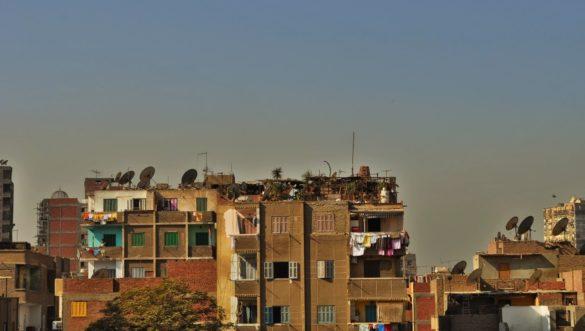 Кайро прилича на гъмжащ мравуняк, който непрекъснато набъбва. Жителите му обитават странни постройки ,чийто последен етаж обикновено е недовършен. А и за какво ти е покрив, като тук почти никога не вали!!
