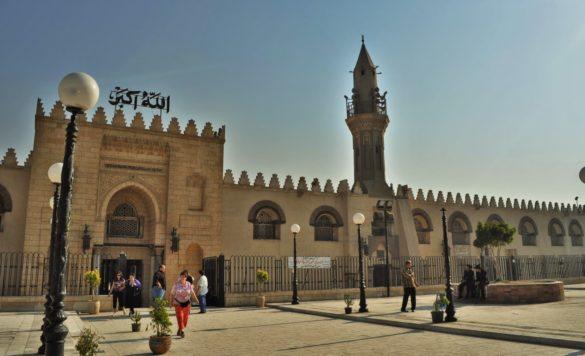 Ал-Азхар е една от най-старите и най-големи джамии в града , построена през 970. В продължение на повече от 1000 години е водещ център на вероучение в ислямския свят.
