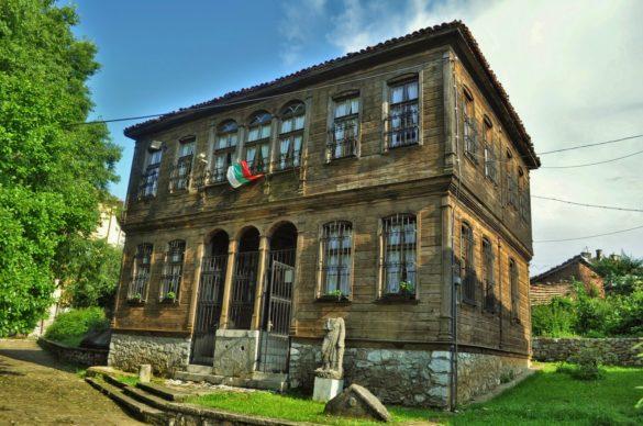 Градът се гордее със своите музеи - три исторически и един природонаучен. Това е една от къщите, в които са поместени сбирките на историческия музей .  Облицована е с дебели дъбови дъски в типичен странджански стил