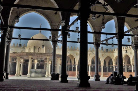 Джамията побира над 5 хиляди поклонници, които се стичат и от съседните арабски страни. В продължение на столетия джамията била достроявана и разширявана. В средата на 16 в. Кайро наброявал половин милион жители и бил най-големият град на планетата.