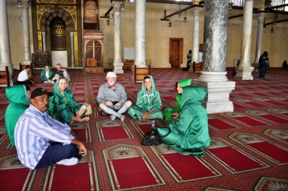 Групата ни дълго седя по турски на килима в молитвената зала, докато Махгуб ни обясняваше надлъж и шир, на трудно радзбираемия си български, за техните обичаи и обреди....