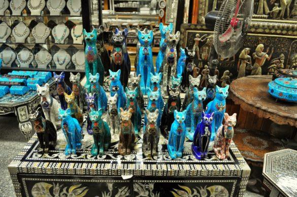 И още и още египетски котки, примамват преситеното от колоритни картини туристическо око.
