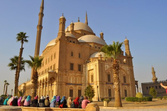 Алабастровата джамия се издига на единственото  възвишение над града - 70метров хълм, увенчан от най-високото минаре в Кайро.