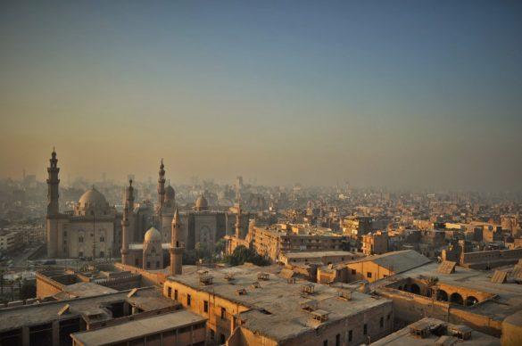 От 6000 джамии разпръснати из цял Египет, половината стърчат в забулените със смог небеса над Кайро, известен още като града с най-много минарета в света. Макар,че в това отношение и Истанбул си го бива...