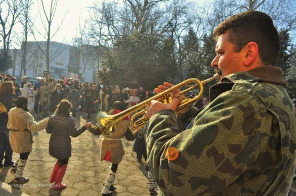 По стар български обичай,  празникът продължи до късно с кръшни хора на площада.