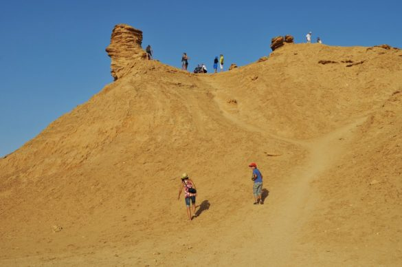 Пясъчният Еверест зове ненаситния за гледки турист. Хайде след тълпата и ний да снимаме!
