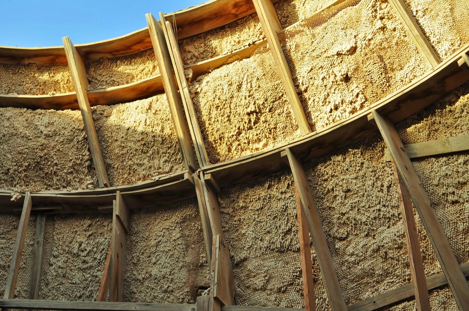 Незнайно защо отвътре някои от къщичките са изградени с тези подобия на кошери от които всеки момент ще изскочат извънземни оси