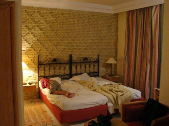 Нощувахме в много приятно хотелче в оазиса Touseur, който е толкова популярен сред туристите, че си има летище. Калин е гроги.