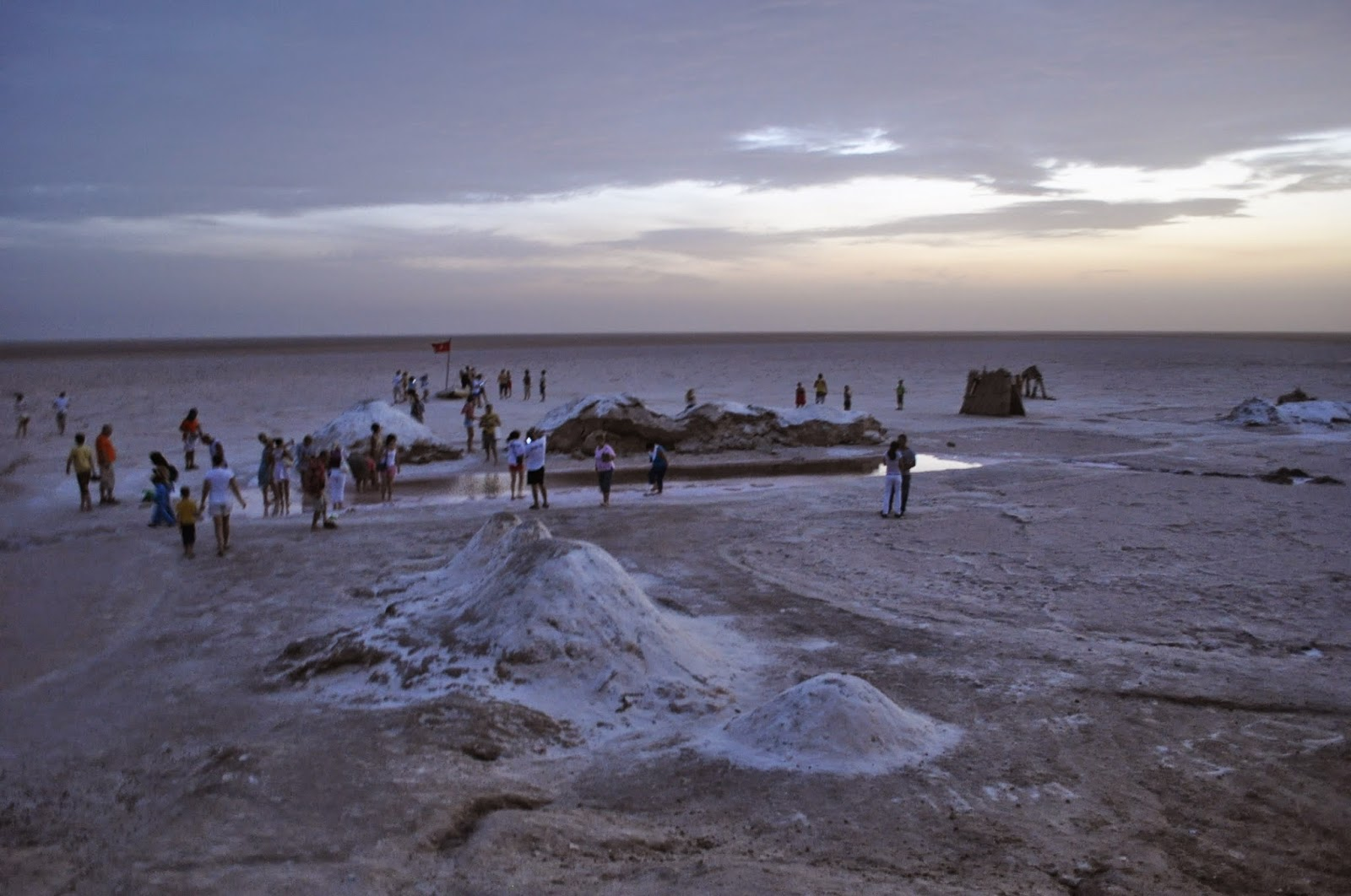 Шот ел-Джерид - така се казва второто по големина солено езеро в Сахара след Чад. Дълго е 120 км. и е широко около 60 км.Част от него се простира в централен Тунис и стига до бреговете на Средиземно море.
