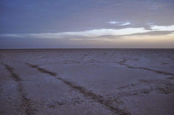Соленият слой, покриващ езерото може да издържи тежестта на автомобил, но може и да се срине под краката ти и тутакси да потънеш на дъното на мрачния пустинен търбух.