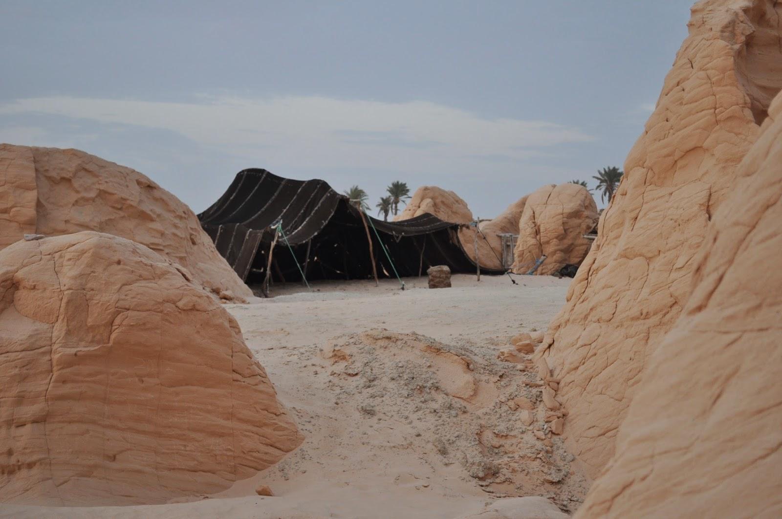 Навсякъде в по-туристическите части на пустинята са опнати следните възстановки на шатри щото да радват туристите