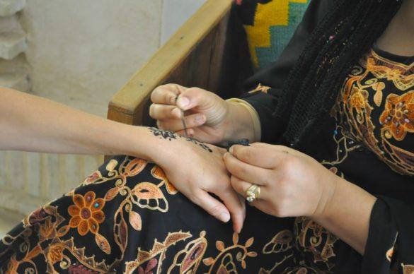 Къносването е хилядолетна традиция по тези земи. Съжалих, че не си направих временна татуировка с къна в традиционни тунизийски мотиви.