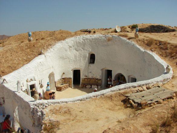 А това вече е автентична берберска къща. Живеят под земята, за да им е прохладно и сенчесто. Забележете обаче спътниковата антена
