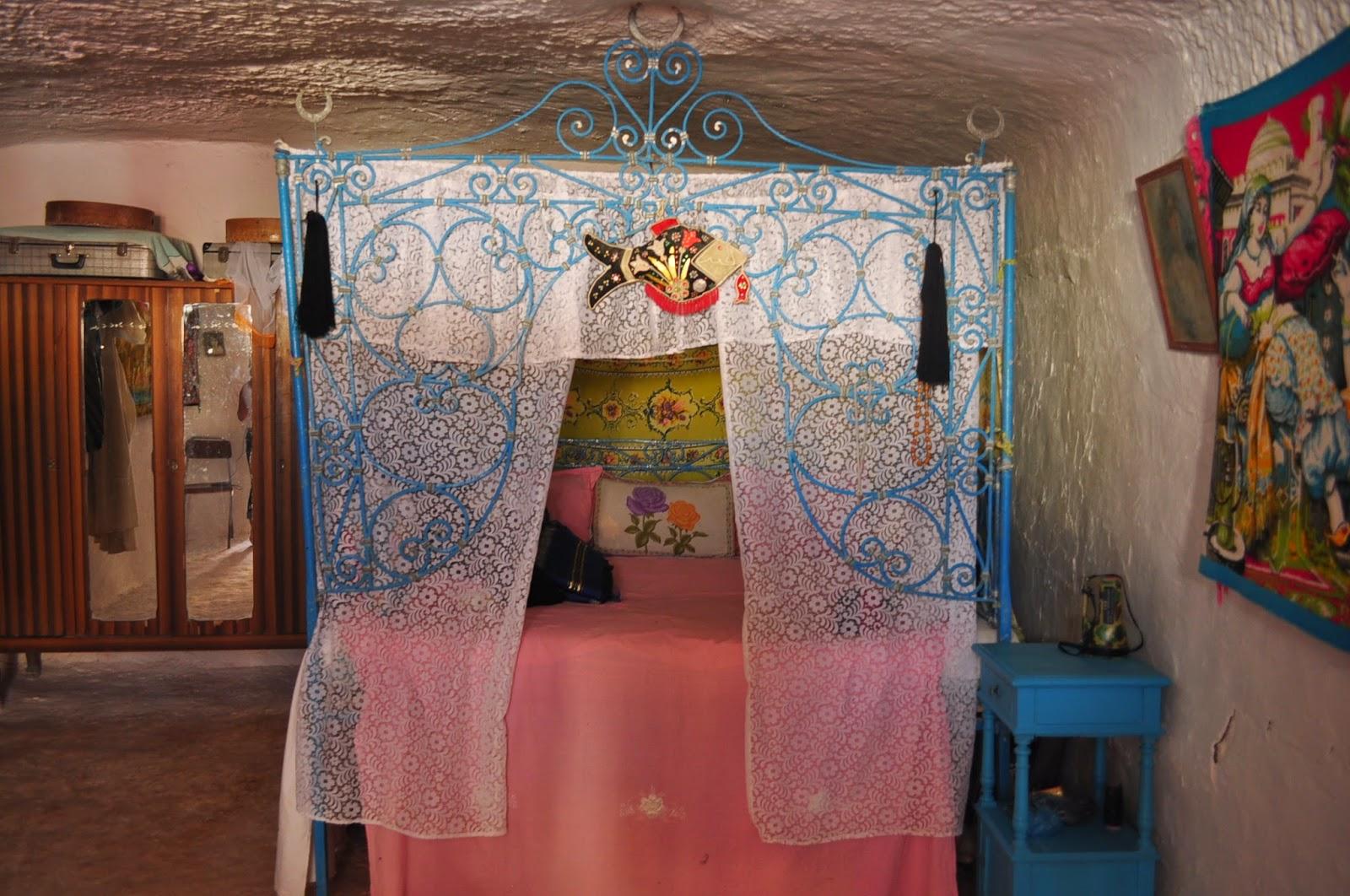 Рибката изобразена, на балдахина на леглото е мюсюлмански символ за благополучие и се среща в повечето пустинни къщи