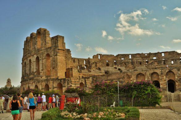 И насред горещите пясъци изниква чудо на чудесата. Амфитеатърът или колизеумът, както му викат,  е от 3 век и е вторият по големина в света след римския