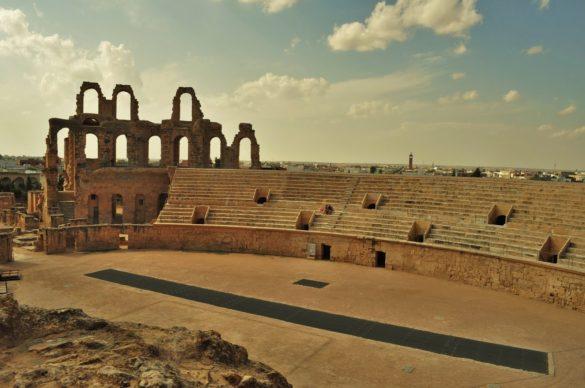 С което одисеята ни в тунизийската част на Сахара приключи за всеобщо съжаление, но и с усещането, че сме преживяли приключение, което ни разкри невиждани пейзажи и друга, колкото близка, толкова и далечна култура . Дали отново някога ще се скитам сред пясъците на Сахара ?  Пожелавам си го час по-скоро.