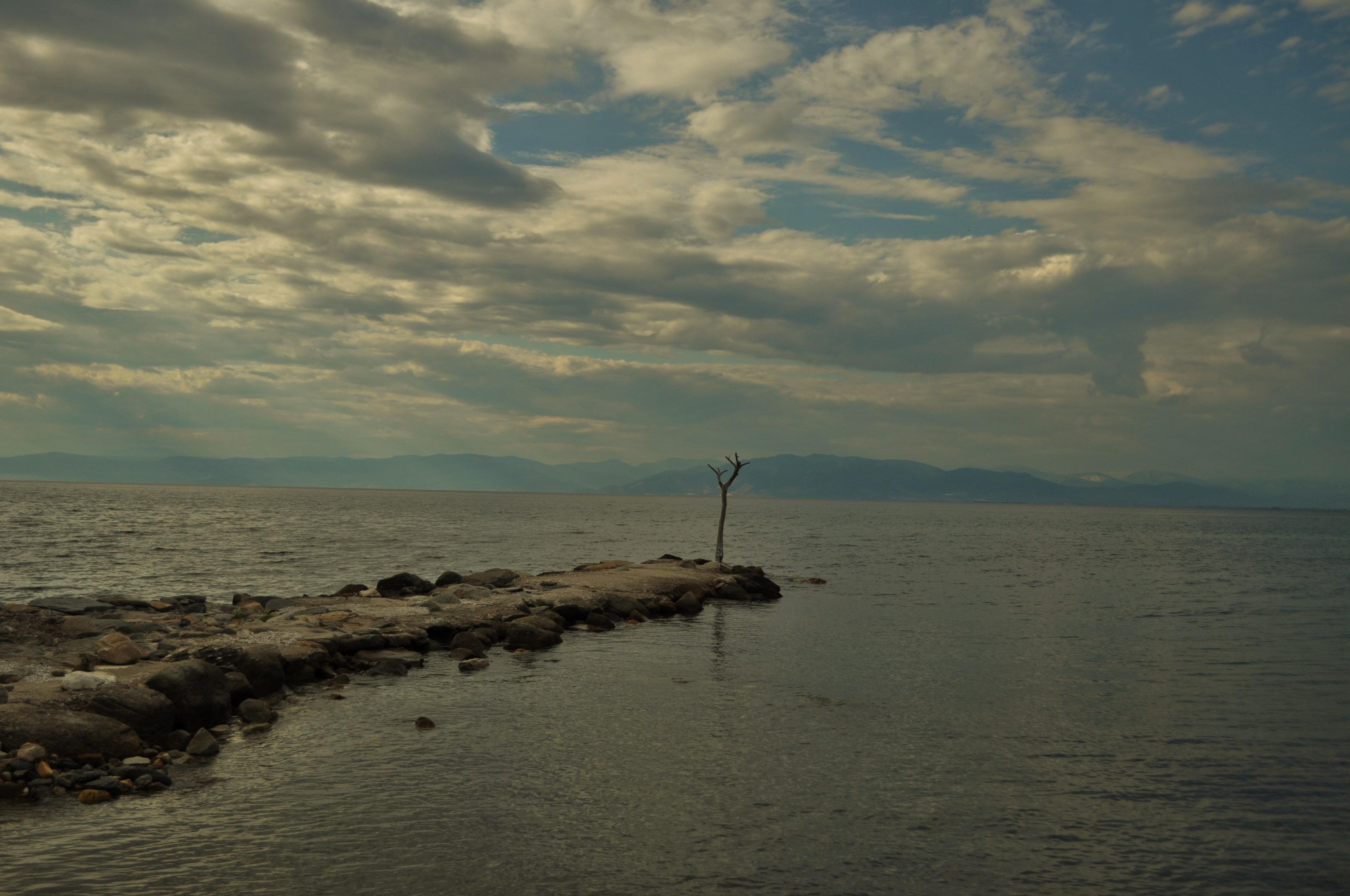 Оказва се, че това е най-южният къс на Рило-Родопския масив, вдаден в морето.
