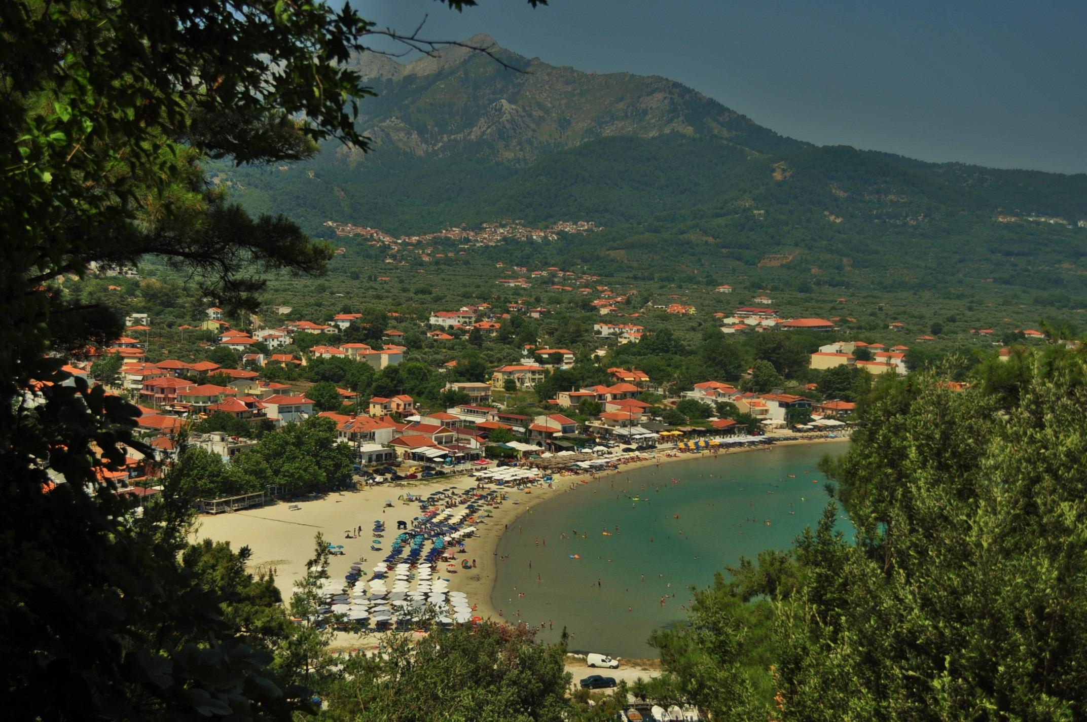 Островът си има и по-населена курортна зона в района на скала Потамия, където се намира и най-големият му плаж Голдън бийч.