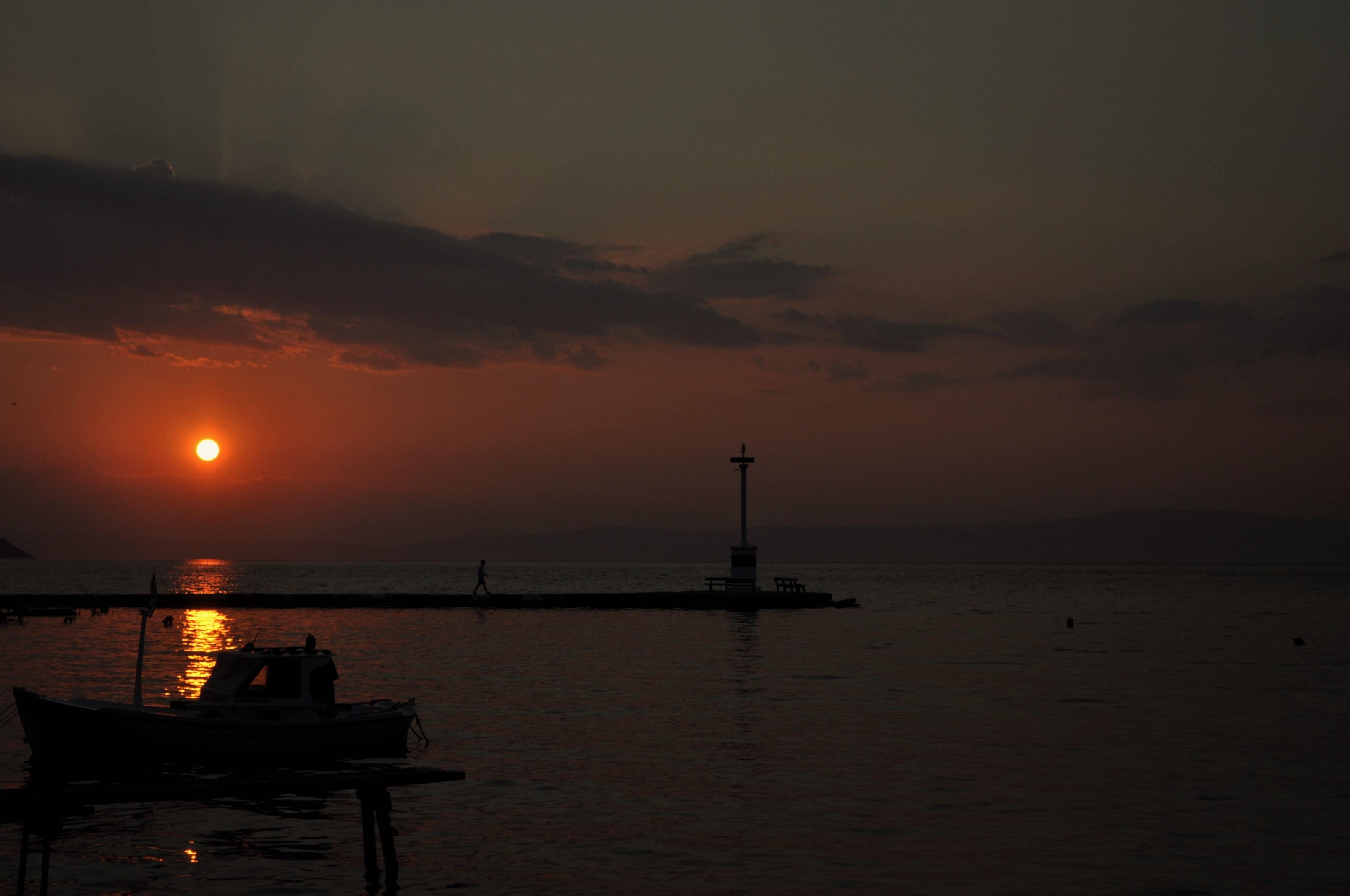 Тасос е известен със своите зрелищни залези, а в онази му част, която е обърната с лице към континента, денят на плажуващия  продължава чак до 20-21 часа, когато огнената топка най-накрая тупва във водата .