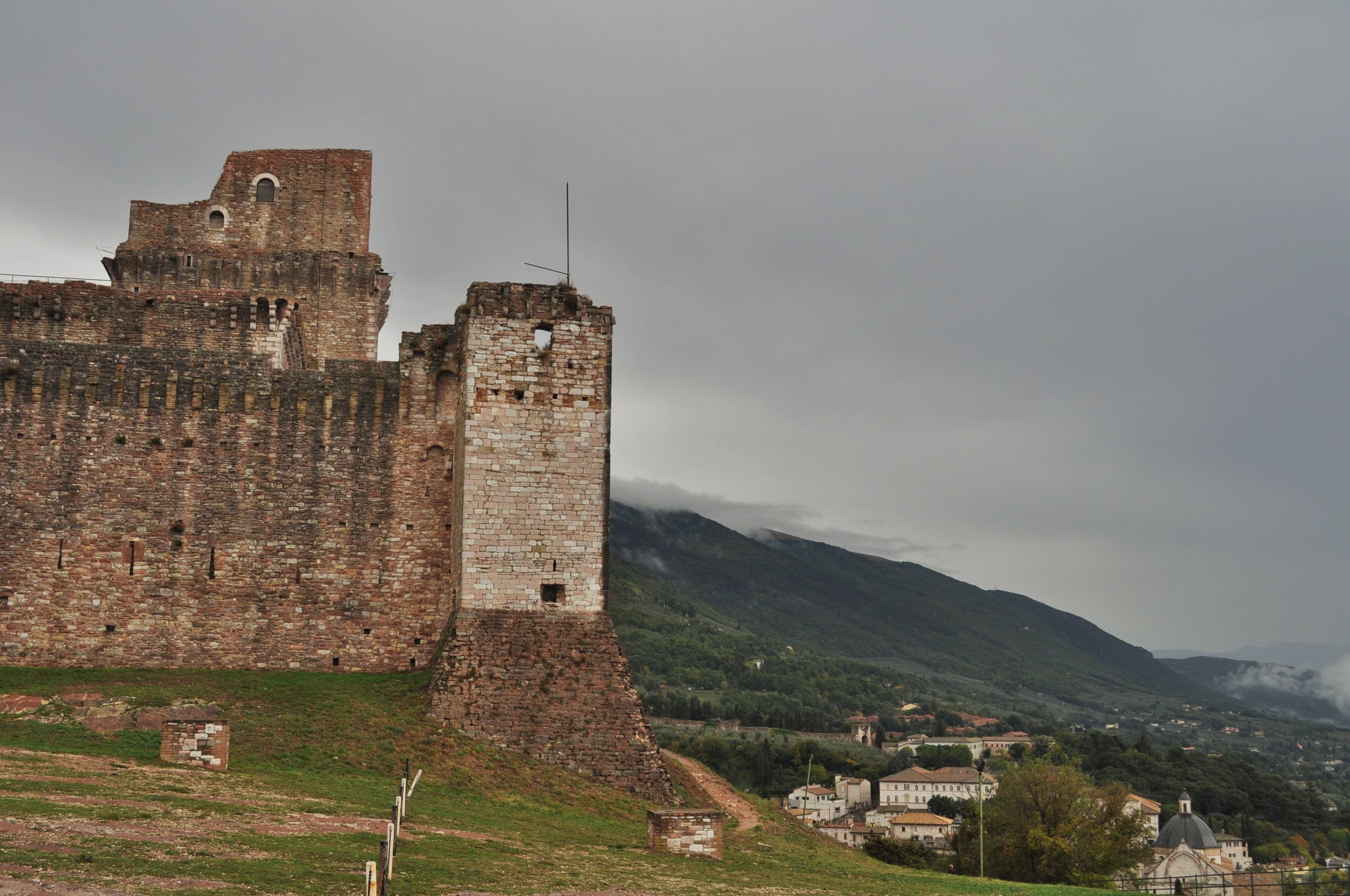 Докато се спускахме бавно от средновековната крепост Рока Маджоре, надвесена закрилнически над градчето, времето постепенно се развиделя и пред очите ни се разкри живописна гледка.