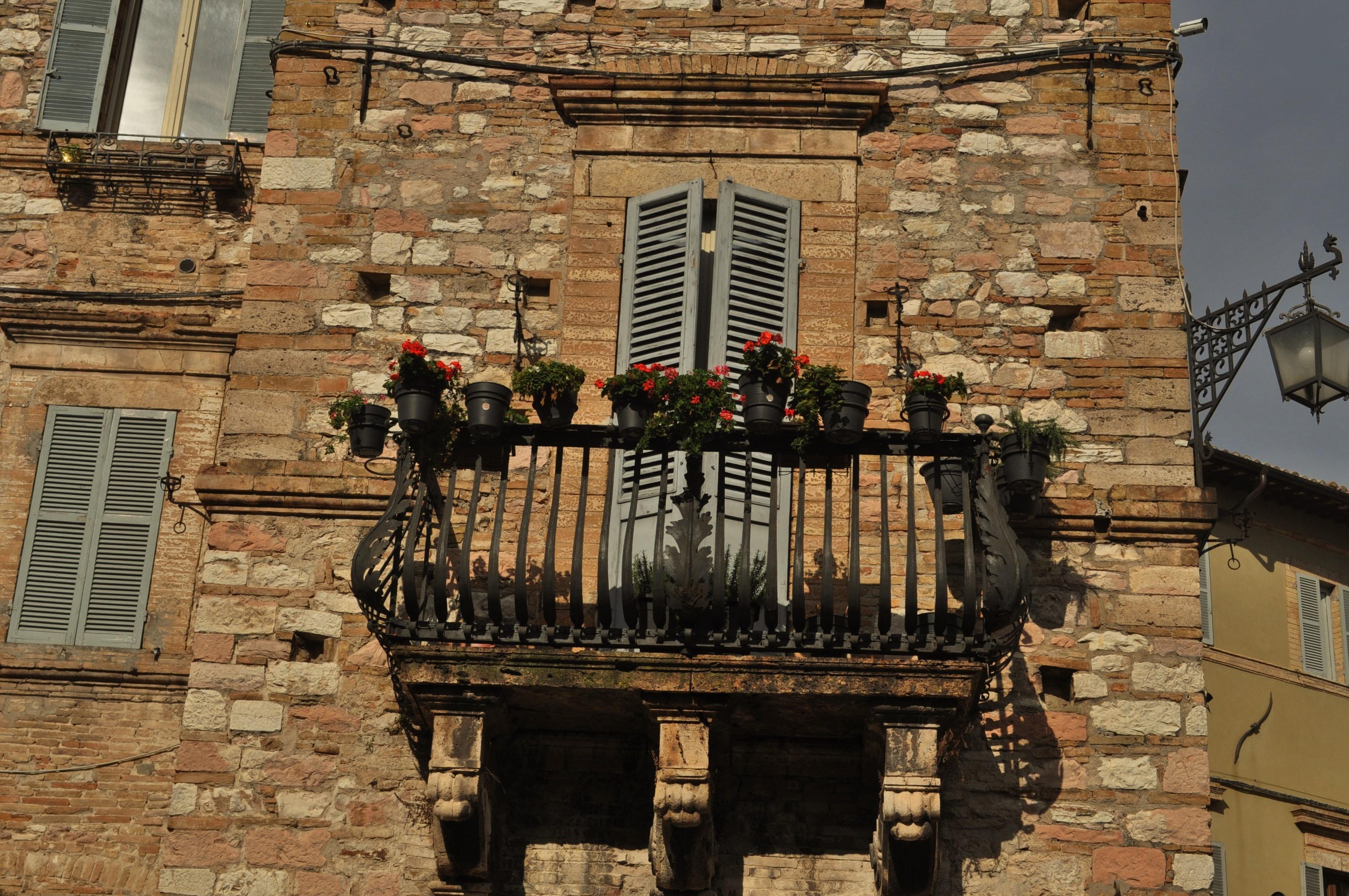 Същите каменни сгради, патинирани от времето с потънали в цветя первази, същите тесни улички, измити от дъжда с подредените по тях сувенирни магазинчета и кафенета.