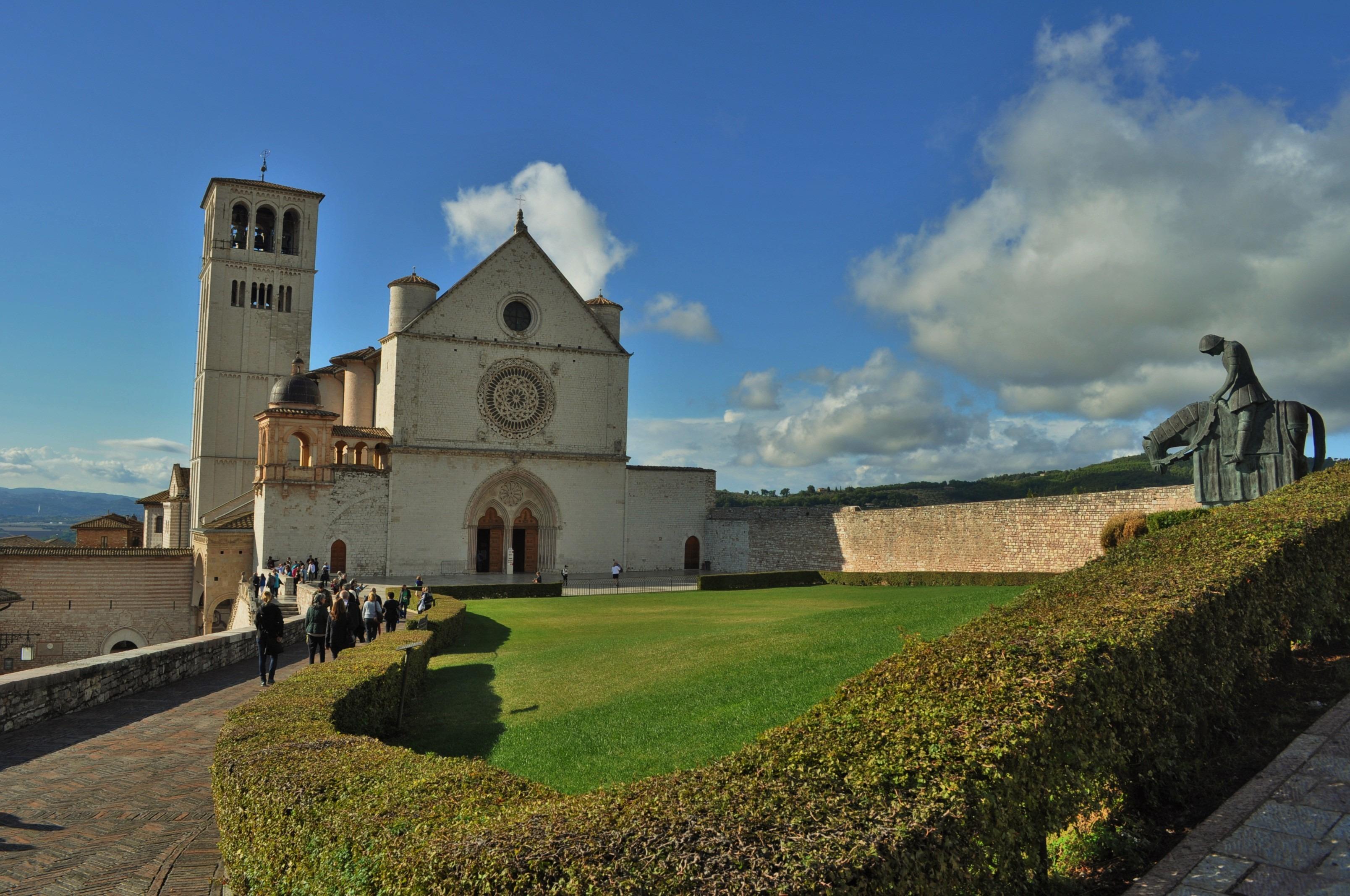 """Гробът му се намира в папската базилика на Асизи, превърнала се в седалище на францисканския орден. Базикилата, то се подразбира, се казва """"Сан Франческо Д 'Асизи""""."""