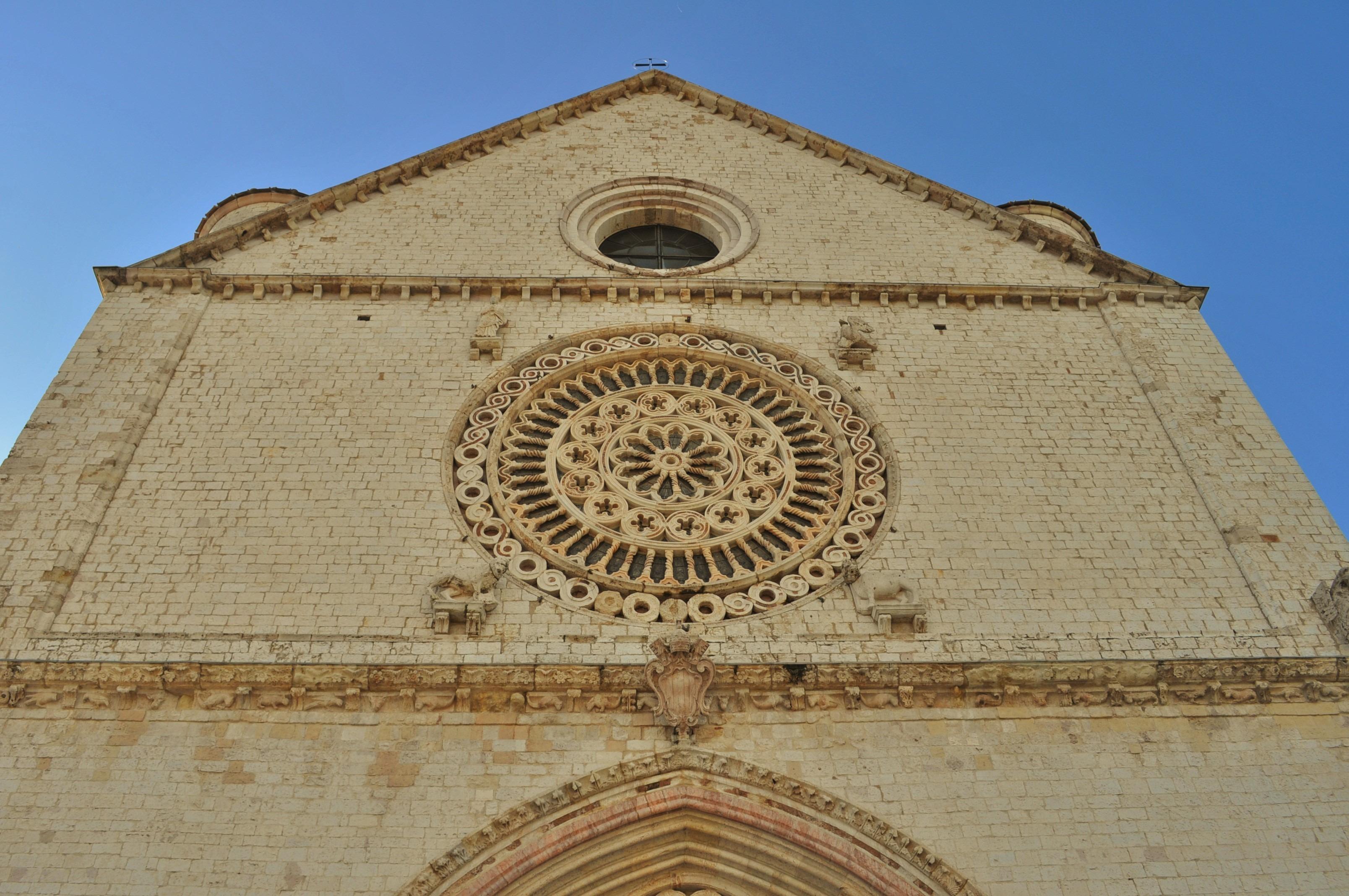 Състои се от две църкви - голяма и малка, изградени една върху друга , изрисувани с фрески от прословутия флорентински ренесансов художник Джото.