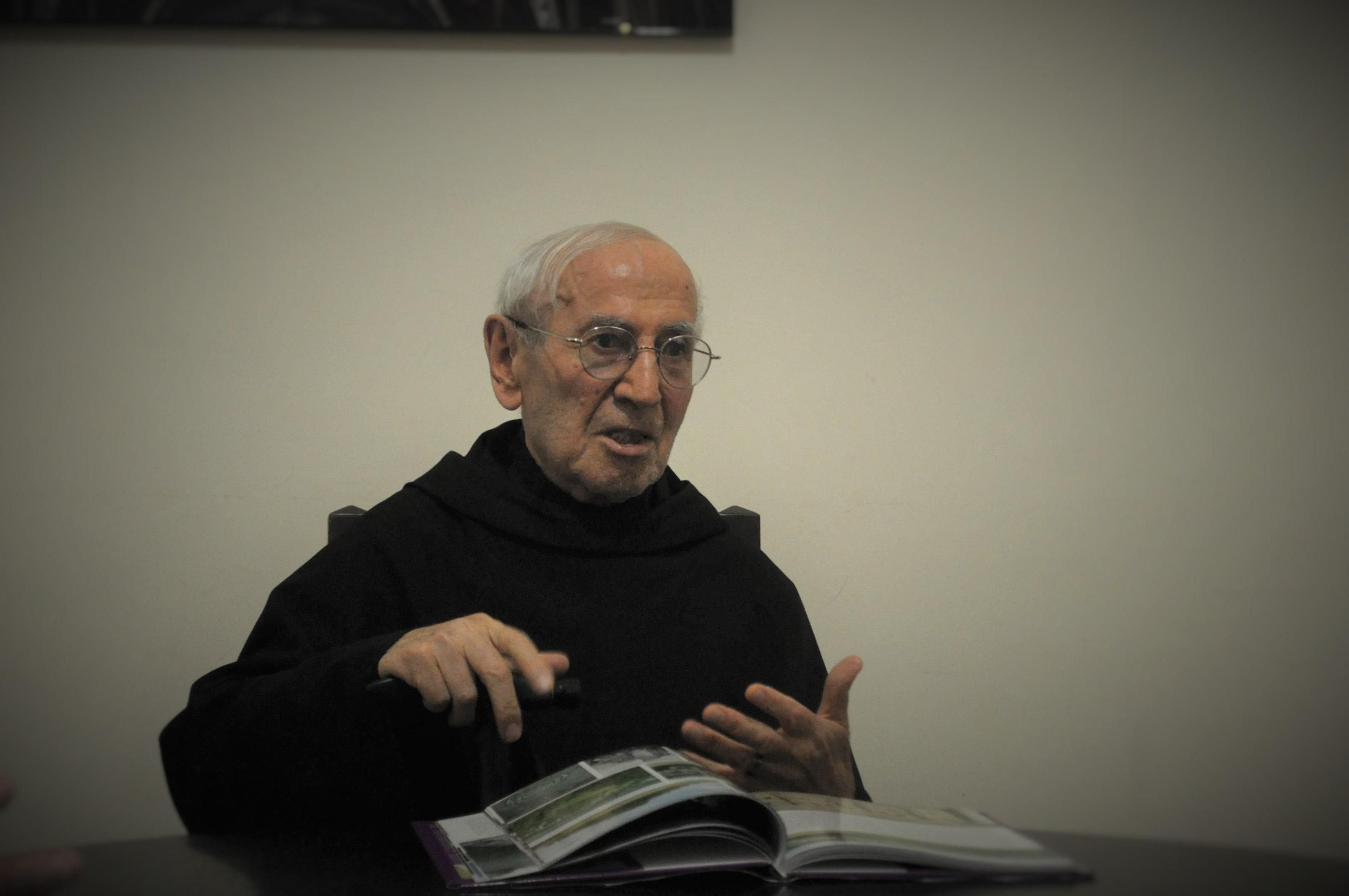 Затова пък се запознахме с единствения български обитател на манастира в Асизи – падре Владимир Пенев. Най-старият монах в светата обител е на 91 години и пристига в Италия през далечната 1938 година. Известен е още и като монахът -художник, изработил копията на пет папски герба.