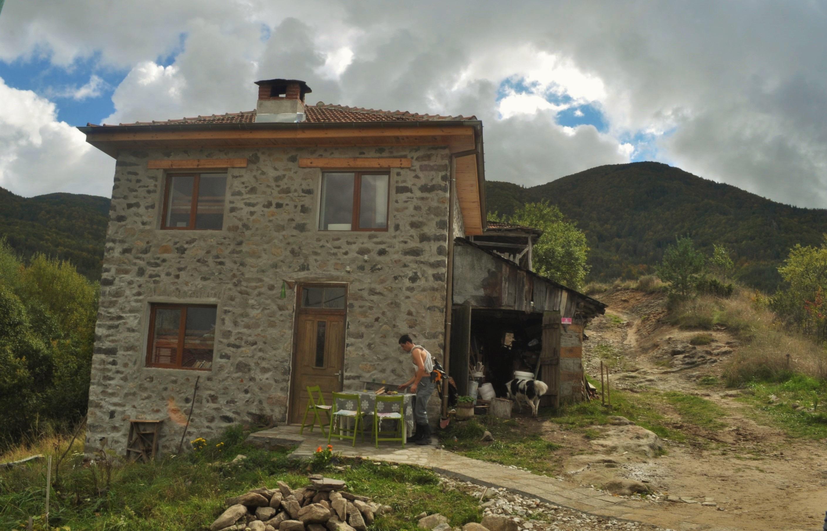 Когато я открихме сградата беше в много тежко състояние, покривът на места течеше. Стените, всичко беше доста разрушено.Читалището на селото се възроди от група хора, с които решихме да го възстановим и да започнем да работим с деца. Това нямаше да стане без подкрепата на доброволци, хора които идваха да рабоят тук, тъй като за ремонта и възстановяването на сградата сме имали само по един европроект подкрепа, а всичката ръчна, майсторска  работа, се е свършила от нас и от доброволци.