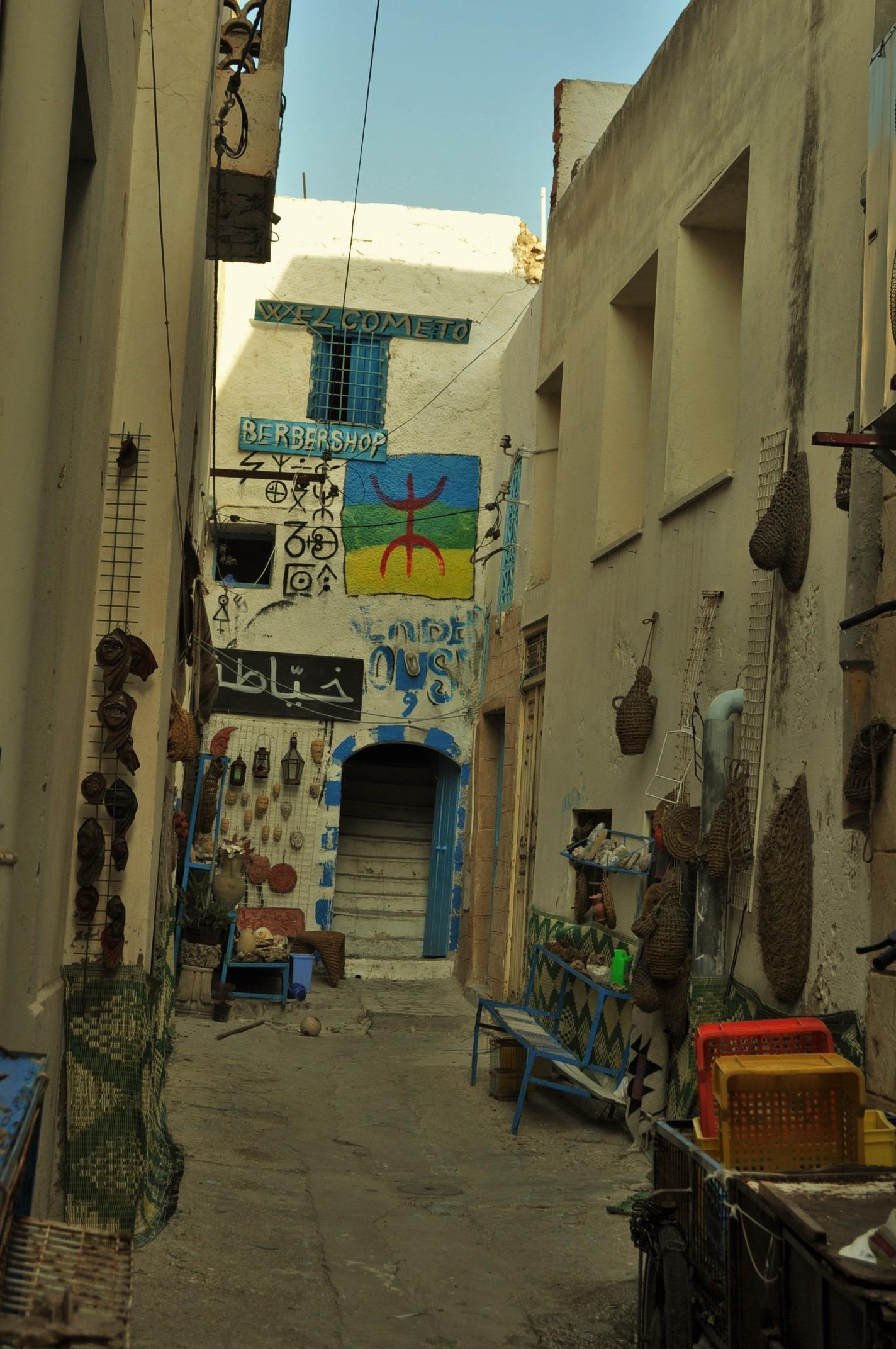 Промъкнахме се в едно берберско магазинче сгушено накрая на един сокак.