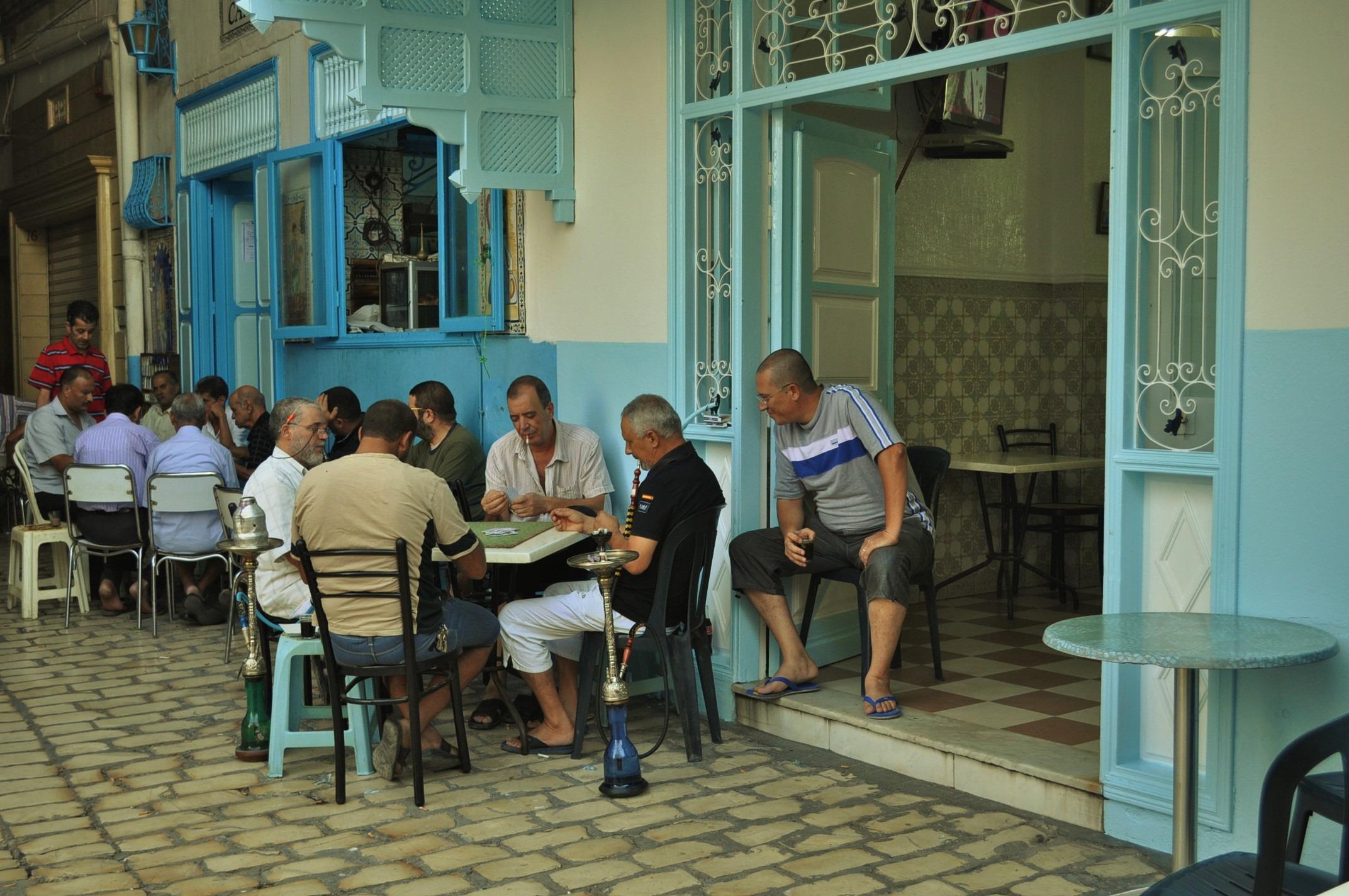 Обичат да бездействат по цял ден по кафенетата, докато жените им опъват каиша вкъщи. Позната картинка