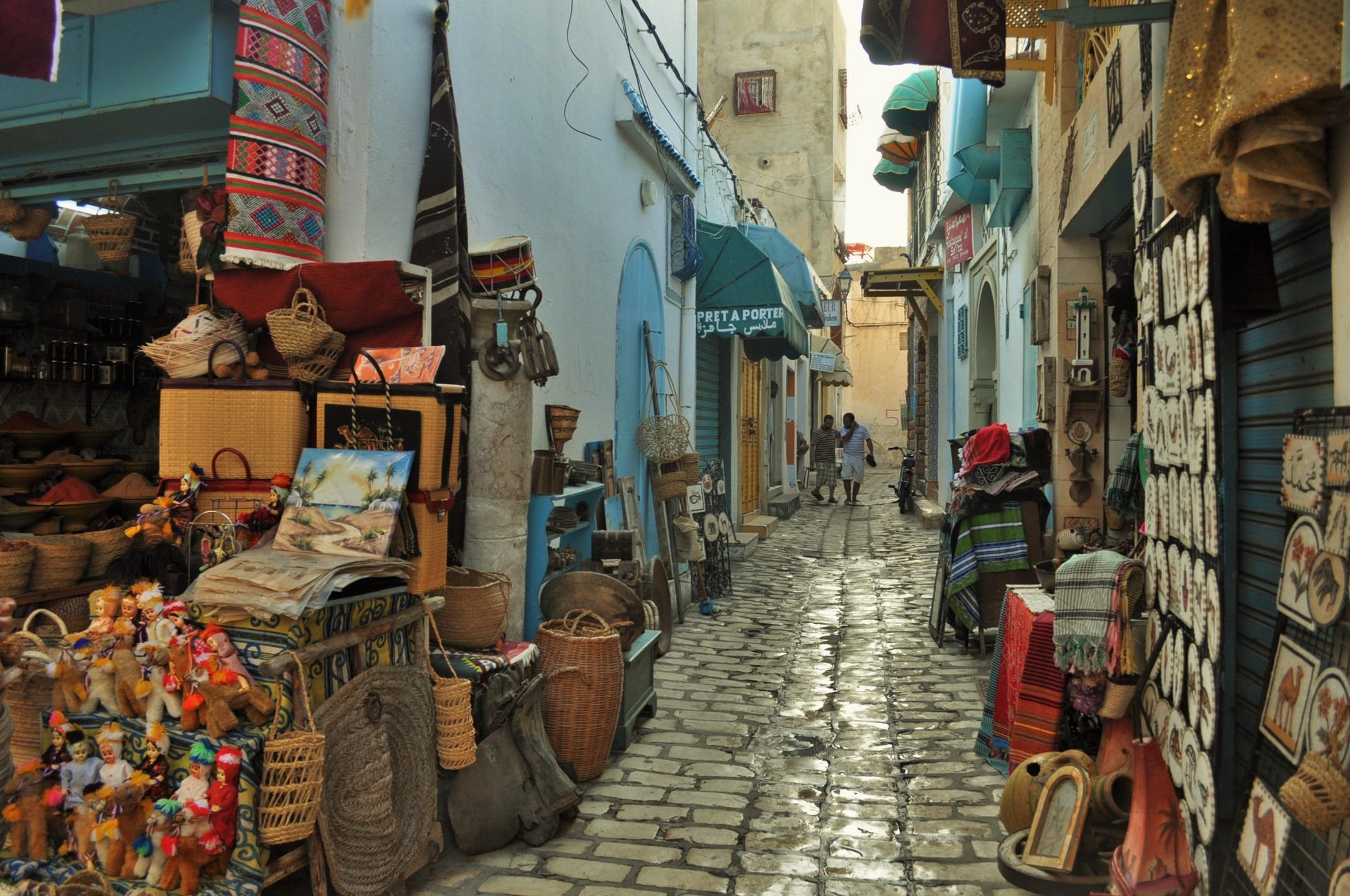Типичните тесни, претрупани с ненужни джунджурии улици