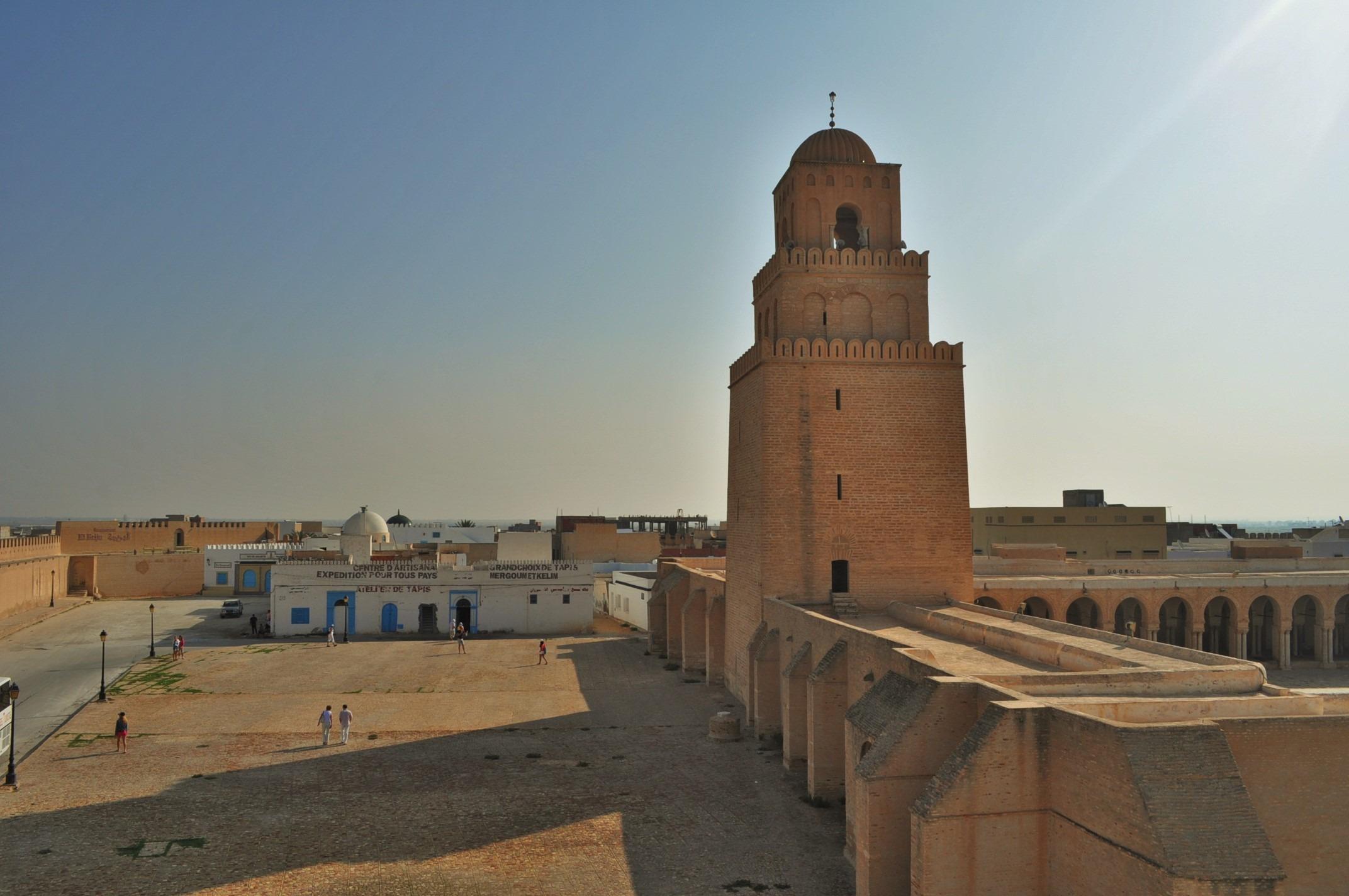 Има си крепост и стара джамия. Достъпът за немюсюлмани като нас обаче е забранен