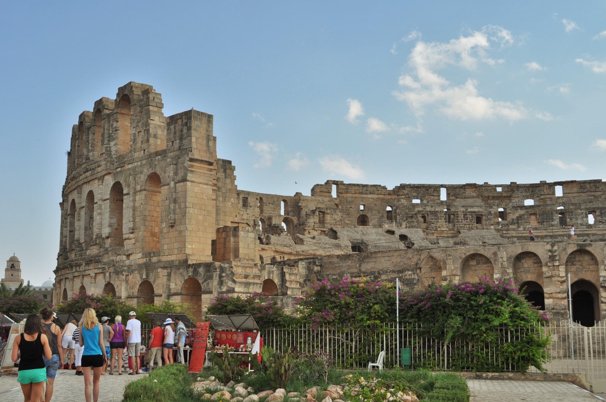 Не, това не е Колизеумът в Рим, а амфитеатърът на гр. Ел Джем ! Построен е през 3 век