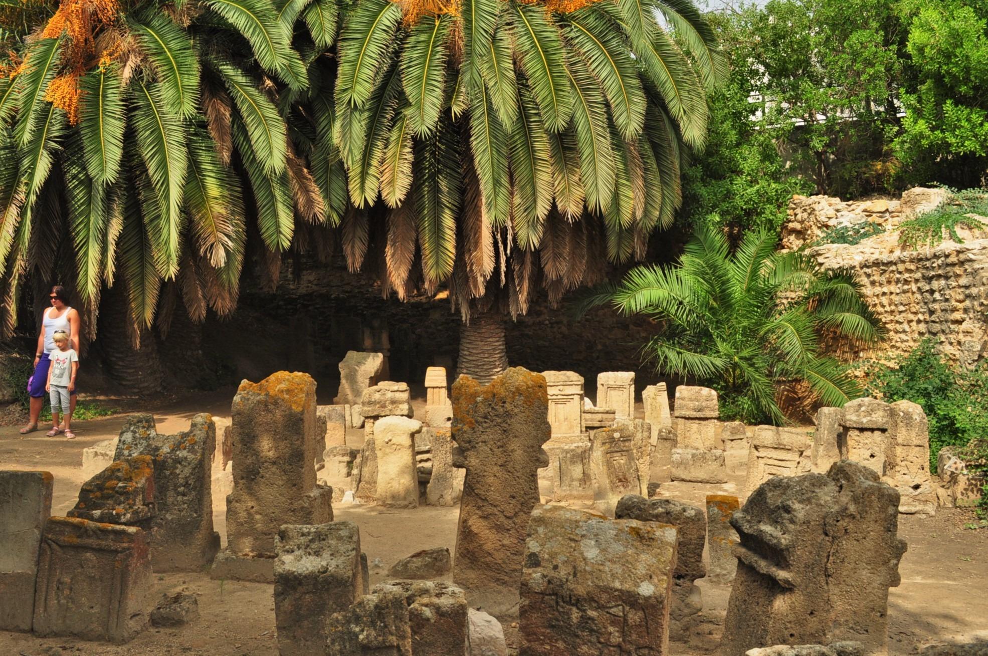 За жалост почни нищо не е останало от един от от най-могъщите градове  в древността. Като изключим  тези надгробни камъни на дечицата и  девойките, убивани, за да омилостивят боговете...